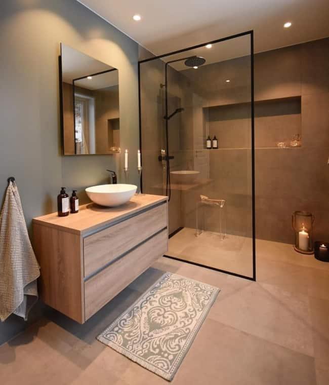 Banheiro fendi e marrom moderno
