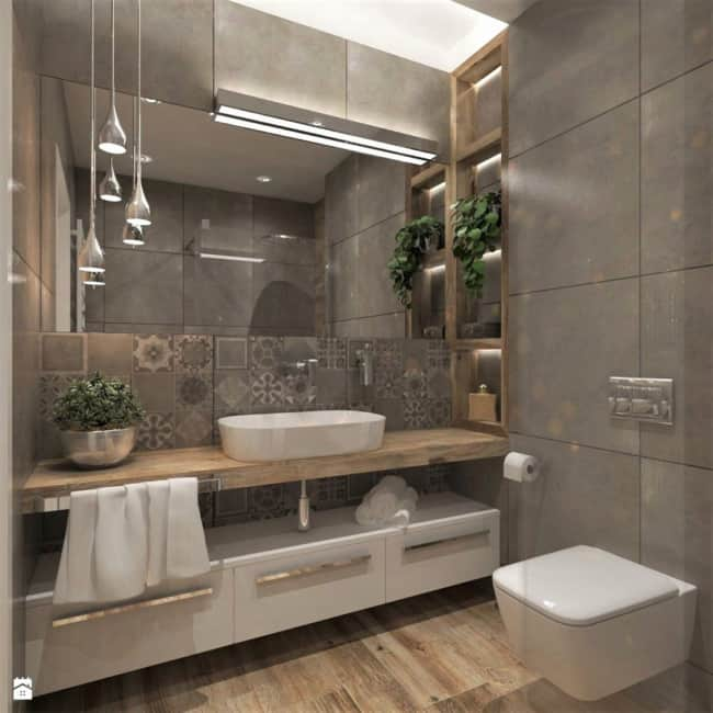 Banheiro moderno fendi com piso amadeirado e armário branco