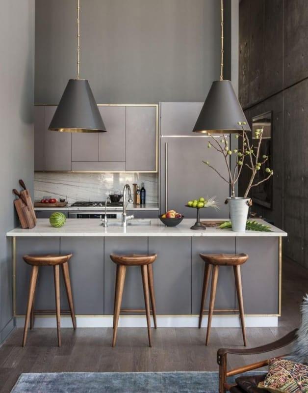 Cozinha com armarios fendi e banquetas de madeira