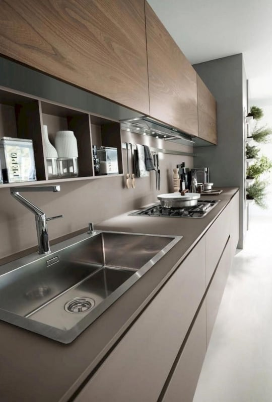 Cozinha moderna com armários de cor fendi