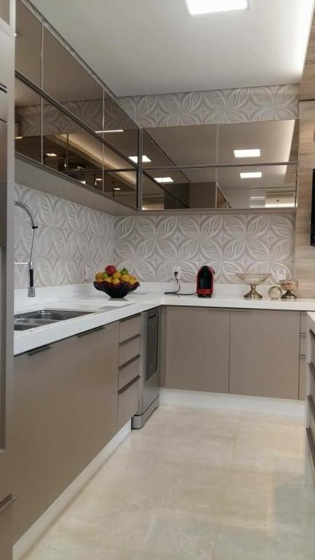 Cozinha planejada com armários fendi e vidro reflecta bronze