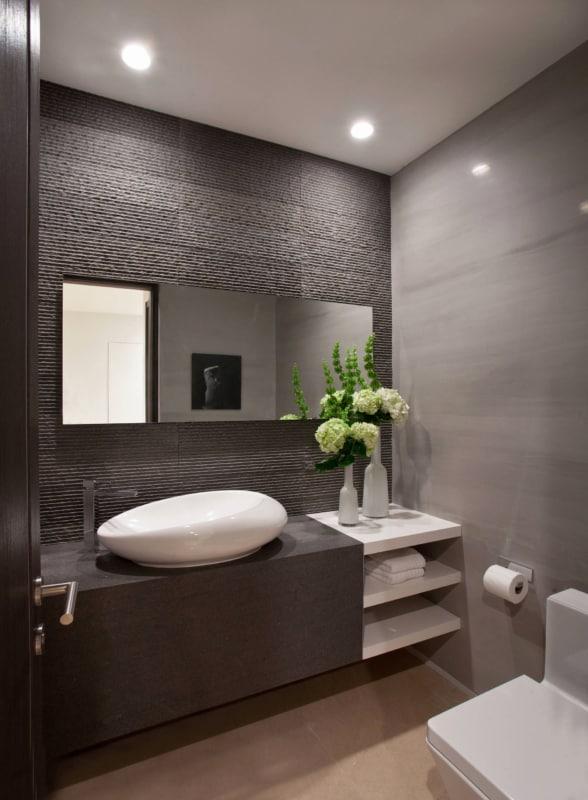 Lavabo com parede fendi e decoração minimalista