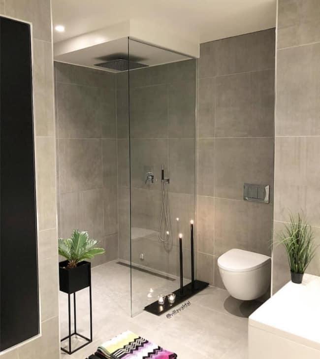 Modelo de banheiro moderno em tons neutros