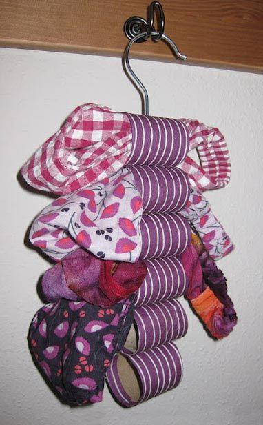 Artesanato com rolo de papel higi nico 65 ideias e tutoriais for Colgadores para papel higienico