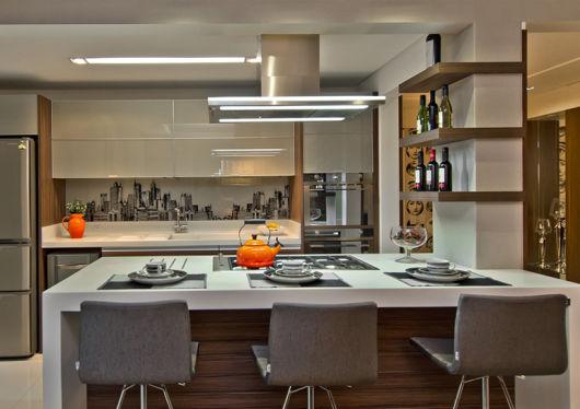 cor fendi na decoração na cozinha americana