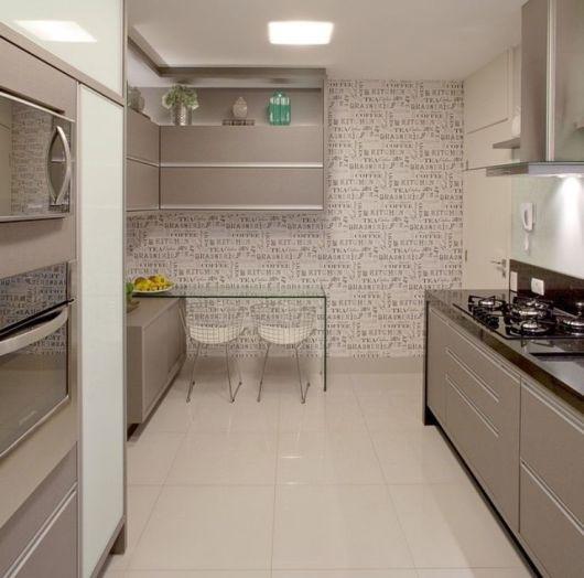 cor fendi na decoração na cozinha simples