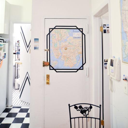 decoração com fita isolante porta