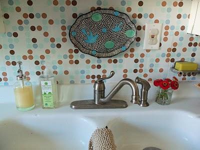 decoração com papel contact no banheiro