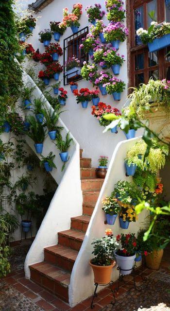 decoração de escada cheia de flores
