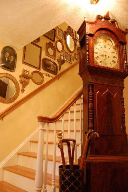 decoração de escada com espelhos vintage