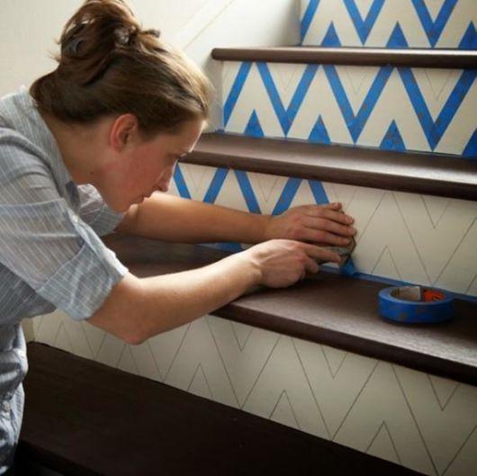 decoração de escada com fita adesiva