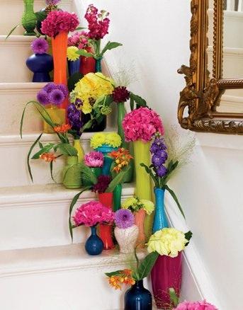 decoração de escada com flores artificiais