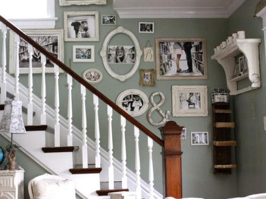 decoração de escada com fotografias da família