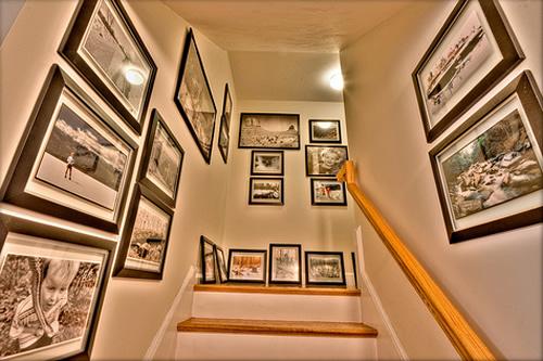 decoração de escada com fotografias