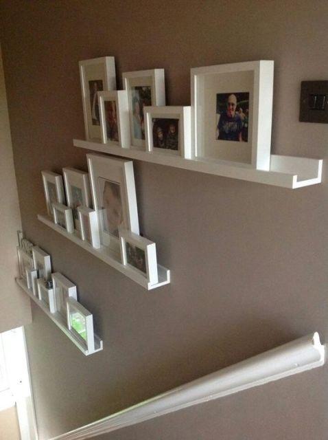 decoração de escada com fotos em estantes