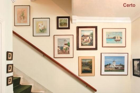 decoração de escada com quadros clássicos
