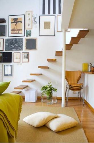decoração de escada com quadros de arte