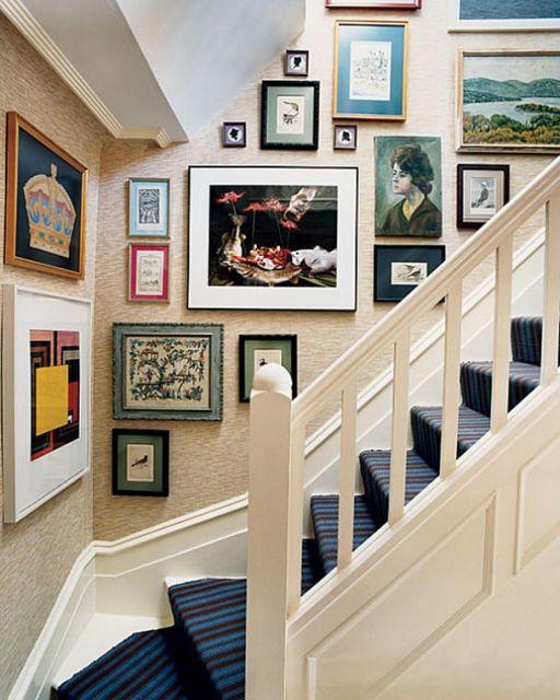 decoração de escada com quadros modernos