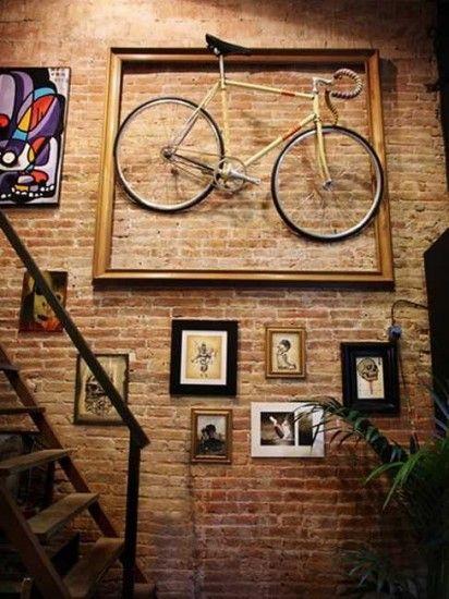 decoração de escada com quadros rústico