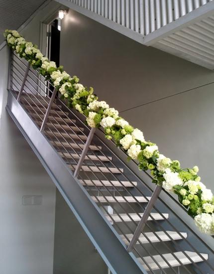 decoração de escada flores no corrimão