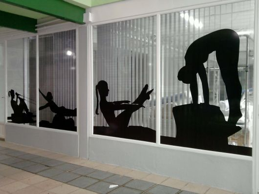 decoração de vitrine com adesivos academia