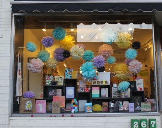 decoração de vitrine com flores de papel