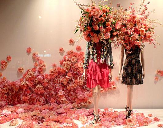 decoração de vitrine com flores feminina