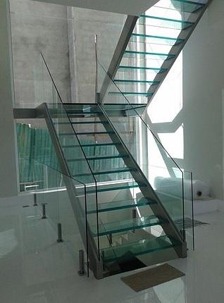 escada moderna de vidro