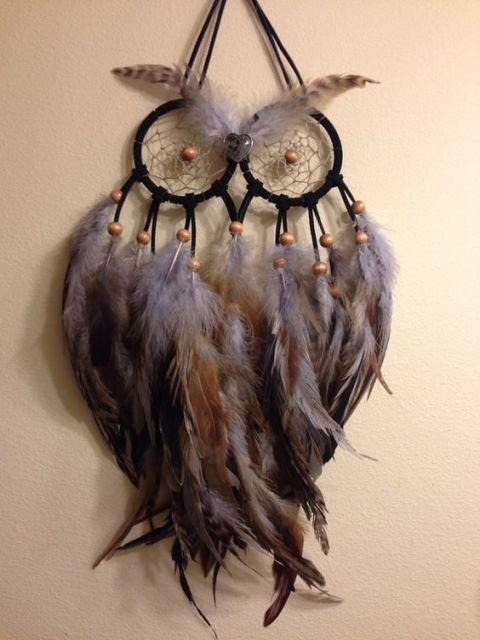modelo com penas de coruja