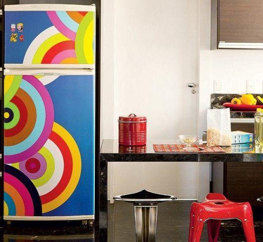 geladeira colorida com adesivo colorido
