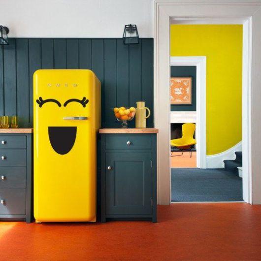 geladeira colorida com adesivo divertido