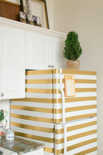 geladeira colorida com adesivo dourado
