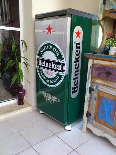 geladeira colorida com adesivo heineken