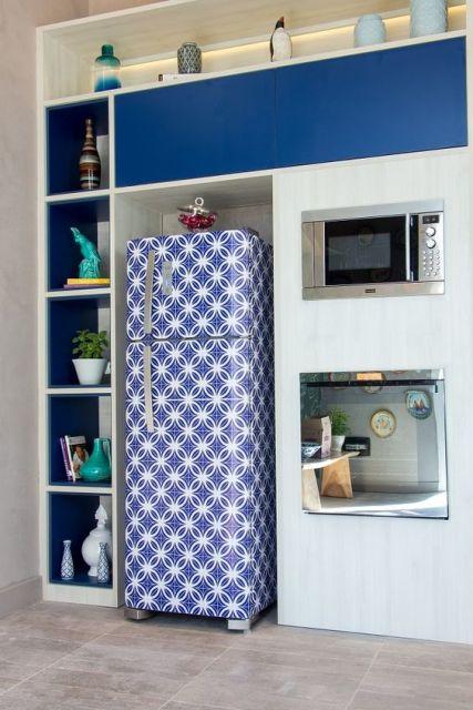 geladeira colorida com adesivo