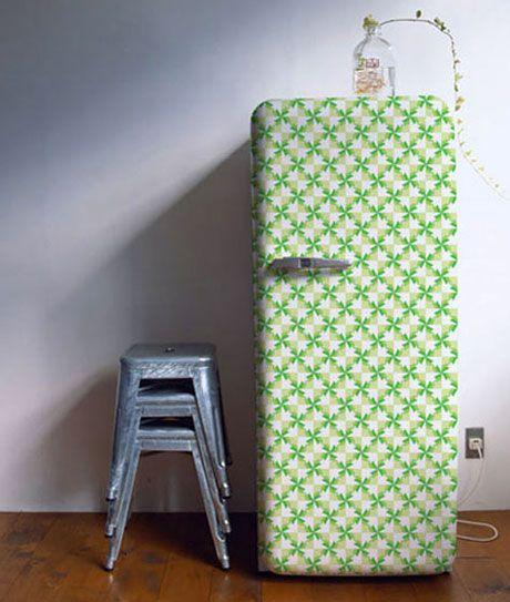 geladeira colorida com papel de parede