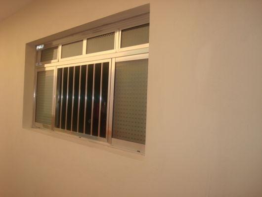 janela com grade simples