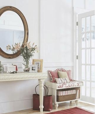 hall de entrada pequeno decorado com aparador espelho