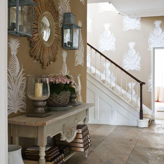 hall de entrada pequeno decorado com espelho de sol