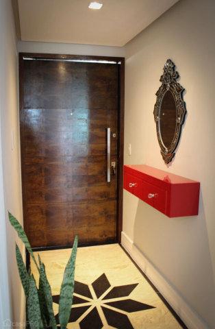 hall de entrada pequeno decorado com nichos vermelhos