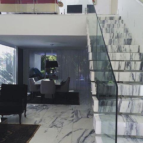 escada mármore carrarinha