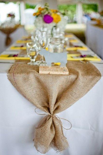 mesa de natal com toalha de juta charmosa