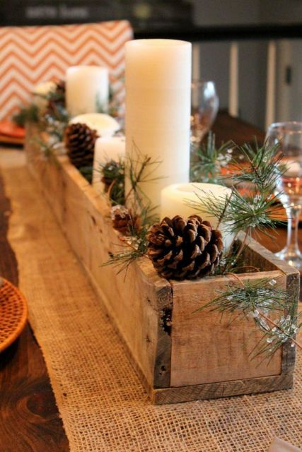 mesa de natal com toalha de juta e velas
