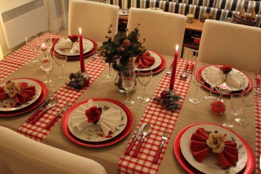 mesa de natal com toalha de juta
