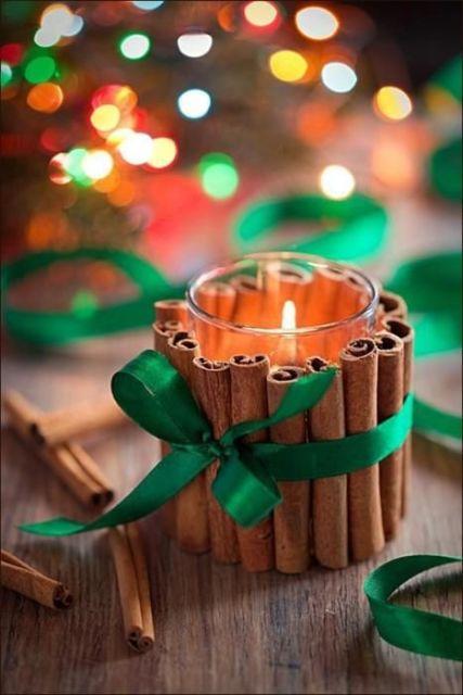 mesa de natal com velas e canela