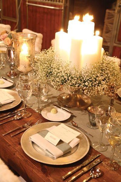mesa de natal com velas eflores