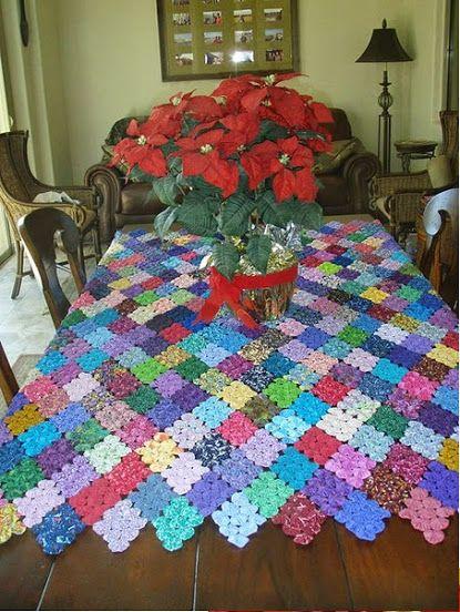 mesa de natal flores e toalha de fuxico