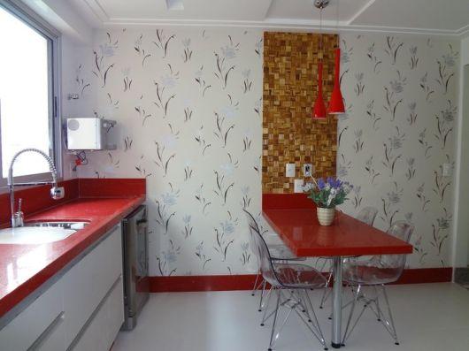 Modelos de mesa para cozinha planejada e espaçosa