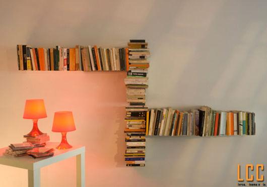 prateleira invisível pilha maluca de livros
