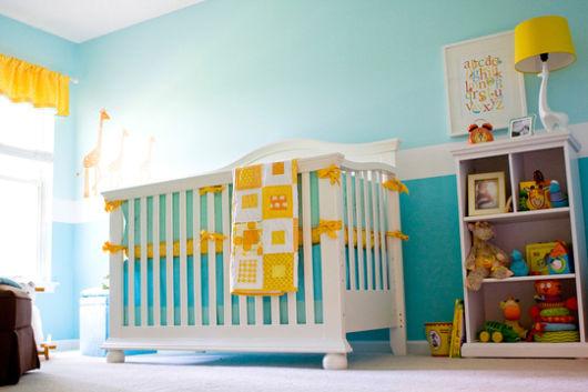 quarto de bebê azul e amarelo bonito