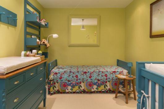decoracao quarto azul turquesa e amarelo:Com as paredes em amarelo, você pode investir em móveis azuis